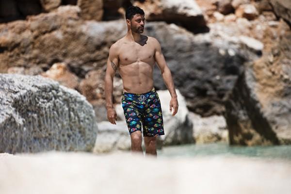 81809b7b41 Il surfista Francisco Porcella sulle spiagge della Sardegna per ...